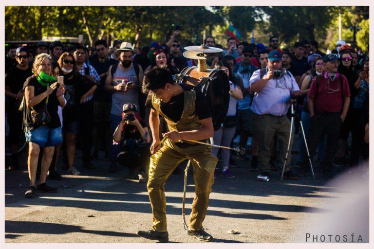 Poesía en las calles y fotografía en manifestaciones por Chamo y Maniako