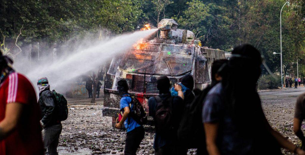 Guanaco dispersando a manifestantes en Santiago de Chile 2019