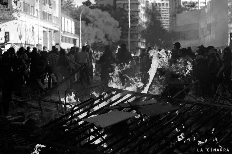 Poesía de Pedro Berton Campos  y fotografías de Anacronicapa, esto es la revolución de Chile 2019-2020