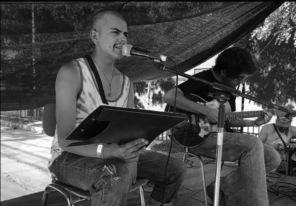 Poeta Chileno Chamo Arch Leyendo Poesía en las calles de Santiago