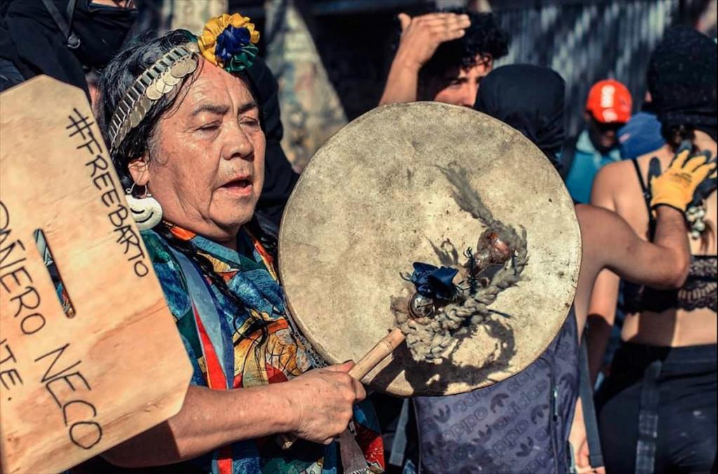 Versos que no solo nos hablaran de su relación con el paso del tiempo y las transiciones, tambien vienen a ser homenaje para la celebración del We tripantu, donde desde ya damos las gracias a la fotografía de Mauro C Arlegui en Ramon Colvalan 8, donde podemos presenciar a una mujer Mapuche tocando al Cultrún.