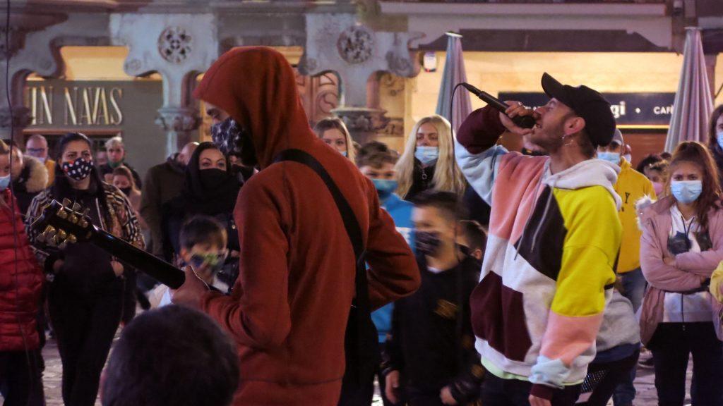 Rapero cantando en concentración en Reus
